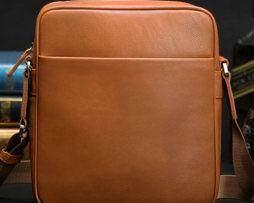 Kožená taška cez rameno pre pánov vo svetlo hnedej farbe (1)