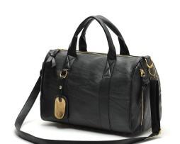 Kožená kabelka je menších rozmerov, čím je spratná a zároveň praktická