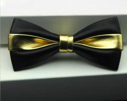 Kožený spoločenský motýlik pre pánov čierno zlatej farbe