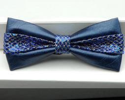 Módny kožený spoločenský motýlik s dekoračnou mašľou v modrej farbe