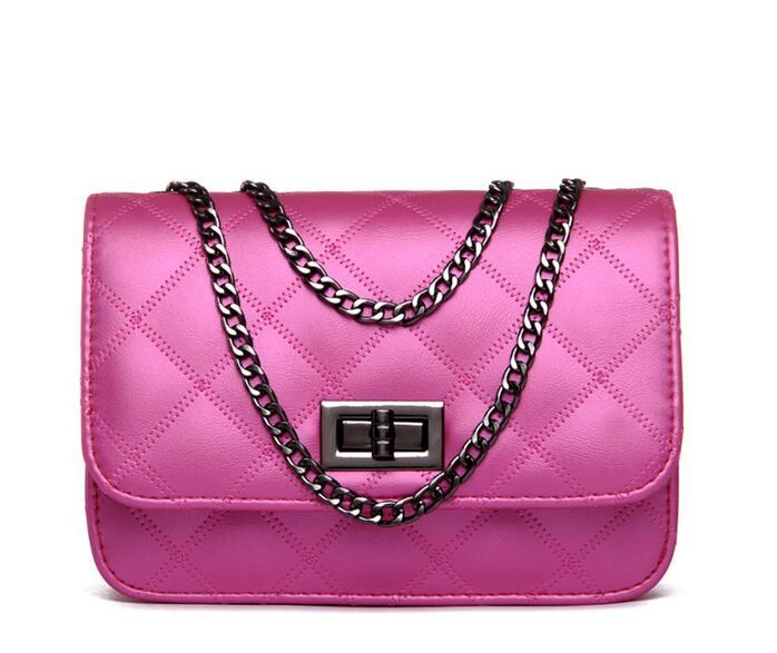 Dámska mini kabelka z umelej kože s retiazkovým popruhom  033fa42e89c