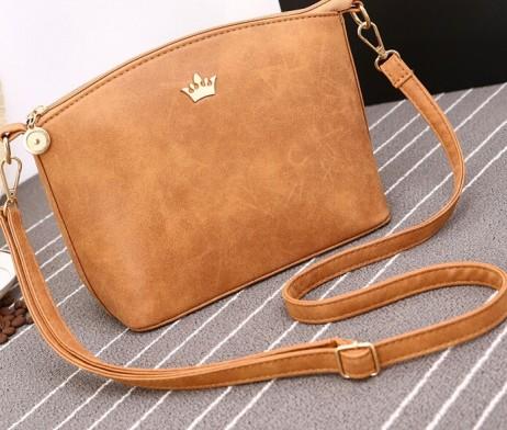 Dámska kožená taška cez rameno s logom koruny3