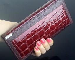 Peňaženka obsahuje sloty na bankovky, mince a kreditné karty alebo vizitky2