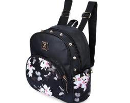 damsky-kvetinovy-kozeny-ruksak-s-vybijanim-v-ciernej-farbe-je-vhodny-pre-zeny-ako-elegantny-a-trendy-doplnok-do-mesta1