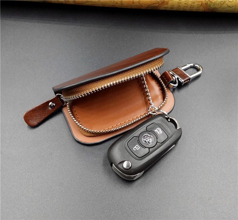 Univerzálny auto prívesok na kľúče v lesklej hnedej koži  813305b66ad