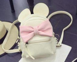 Kožený biely ruksak s rozkošnou ružovou mašličkou
