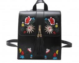 Originálny kožený ruksak s vyšívaním v čiernej farbe