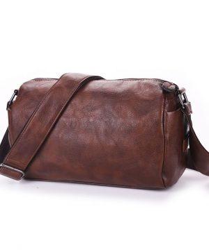 Pánska pracovná kožená taška cez rameno vo farbách. Taška je vyrobená zo syntetickej kože