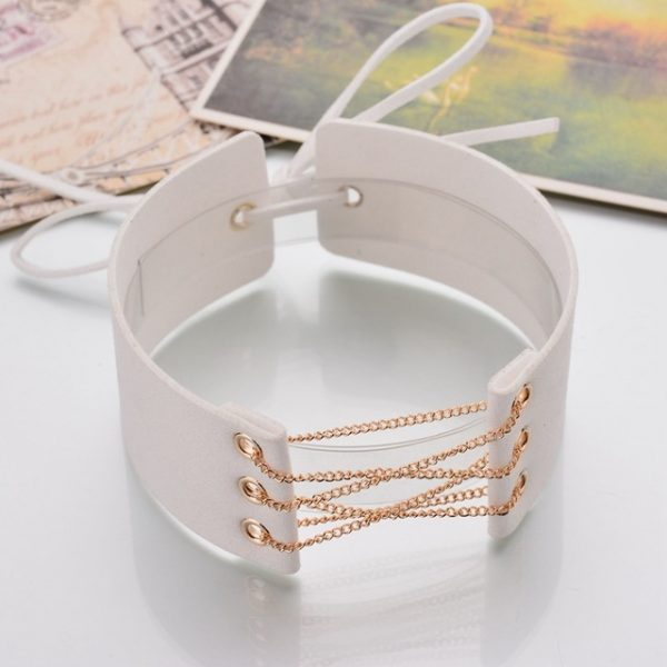 Kožený dekoračný náhrdelník na krk s retiazkou v bielej farbe