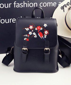 Kožený ruksak s vyšívaním v čiernej farbe (2)