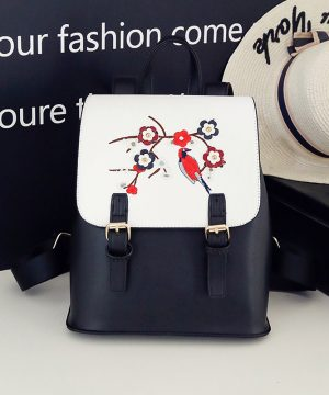 Kožený ruksak s vyšívaním v bielo čiernej farbe (1)