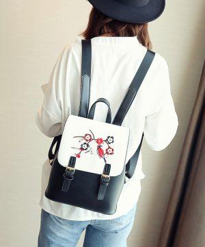 Kožený ruksak s vyšívaním v bielo čiernej farbe (4)