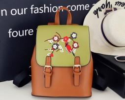 Kožený ruksak s vyšívaním v zeleno hnedej farbe (2)