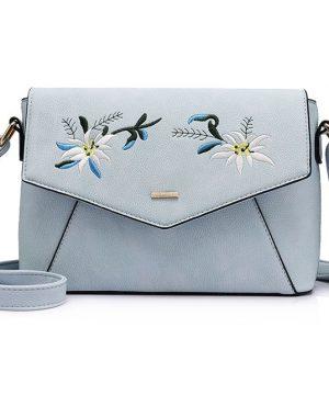 Originálna kožená kabelka s vyšívaním v modrej farbe. V tejto kolekcií nájdete exkluzívne maľby, vzory a modely kožených výrobkov