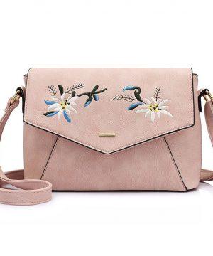 426403e1e8 Originálna kožená kabelka s vyšívaním v ružovej farbe. Kolekcia obsahuje  množstvo farebných motívov v originálnych
