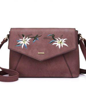 Originálna kožená kabelka s vyšívaním vo fialovej farbe. Jedná sa o dizajnérske a originálne vzory kožených výrobkov