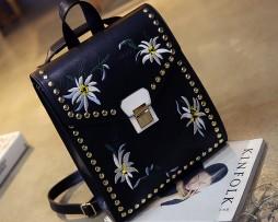Umelecký kožený ruksak s vyšívaním v čiernej farbe. Luxusná kolekcia kožených výrobkov vyžarujúca originalitu (5)