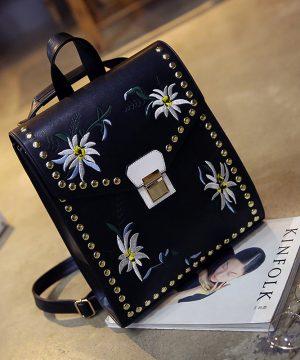 6f4adf4785 Umelecký kožený ruksak s vyšívaním v čiernej farbe. Luxusná kolekcia  kožených výrobkov vyžarujúca originalitu (