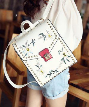 Umelecký kožený ruksak s vyšívaním v bielej farbe (1)