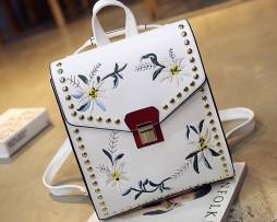 Umelecký kožený ruksak s vyšívaním v bielej farbe (3)