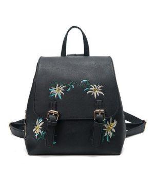 Vyšívaný kožený ruksak v čiernej farbe. Jedná sa o dizajnérske a originálne vzory kožených výrobkov