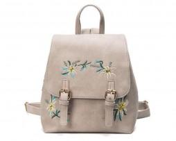 Vyšívaný kožený ruksak v šedej farbe. Je to všestranný príležitostný batoh pre šikovné ženy.