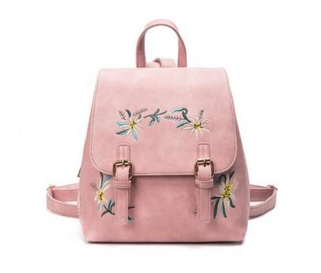 Vyšívaný kožený ruksak v ružovej farbe. Kožený materiál je mäkký textúrovaný, elegantný a elegantný