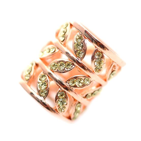 Exkluzívna spona na šatku Listy v zlatej farbe. Ozdobu tvoria malé dekorácie v tvare listov, ktoré sú obohatené o ozdobné kryštály v svetlo žltej farbe (4)