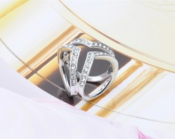 Luxusná brošňa v tvare troch prsteňov v striebornej farbe s kryštálmi.Prstenec je zdobený kamienkamipre výrazný dizajn (1)