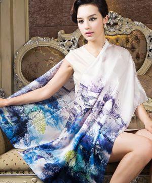 Luxusný hodvábny šál vyrobený z pravého prírodného hodvábu. Práca plynie z fantázie a kvalitnej práce odborníkov, pri ktorej svojim zákazníkom vieme zaručiť len to najkrajšie a Najoriginálnejšie