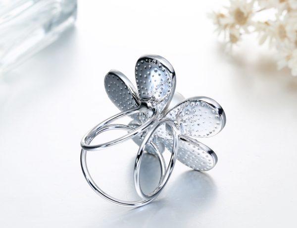 Prstencová ozdoba na šatky s kryštálmi v striebornej farbe. Prstenec je zdobený žiarivými kamienkami (1)