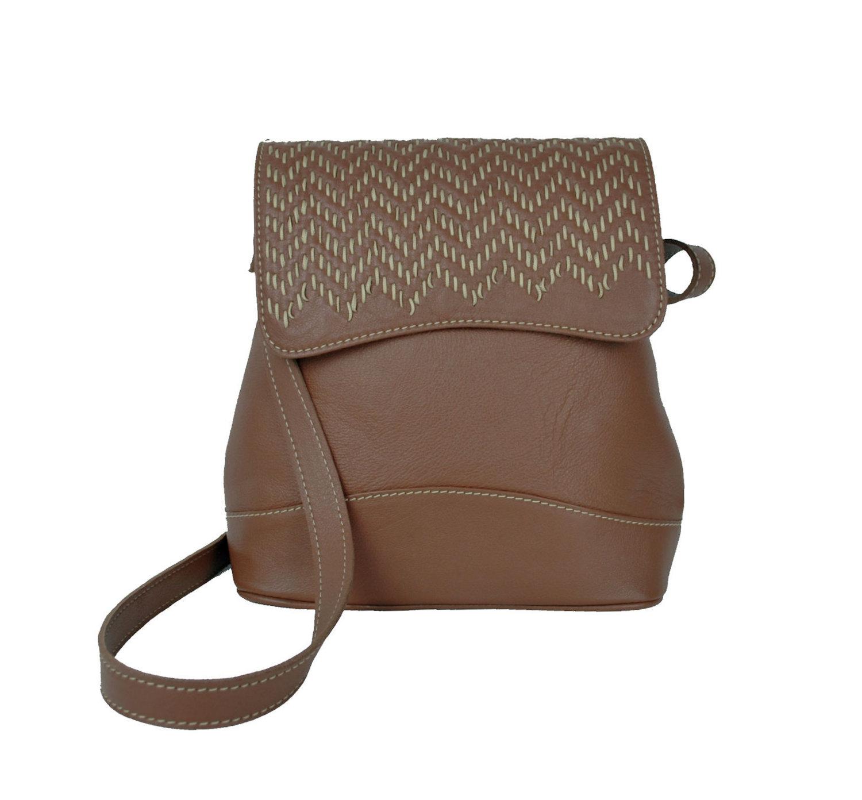 d06708b268c3 Kožený ručne vyšívaný ruksak v lesklej čiernej farbe