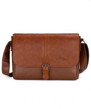 Takúto tašku môžete nosiť pod plecom, alebo samozrejme s priloženým ramenným popruhom zavesenú cez rameno alebo na štýl crossbody (1)