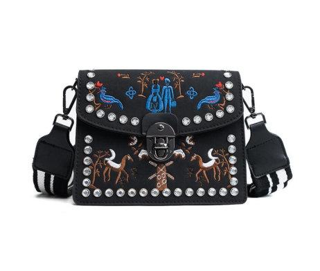 Kožená vyšívaná kabelka s nastaviteľným popruhom v čiernej farbe (2)