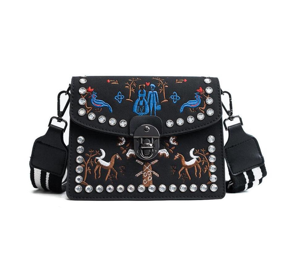 46a6b4b640 Kožená vyšívaná kabelka s nastaviteľným popruhom v čiernej farbe ...
