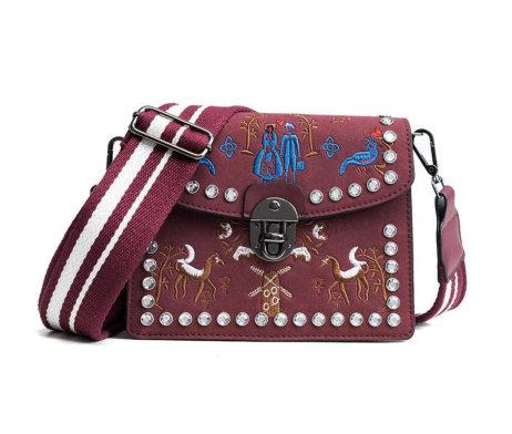 Kožená vyšívaná kabelka s nastaviteľným popruhom v bordovej farbe (1)