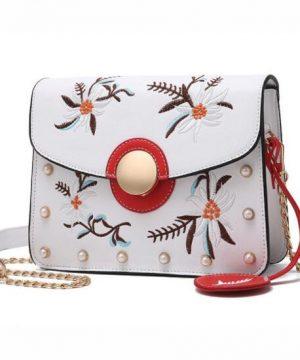Originálna mini kožená kabelka s vyšívaním v bielej farbe