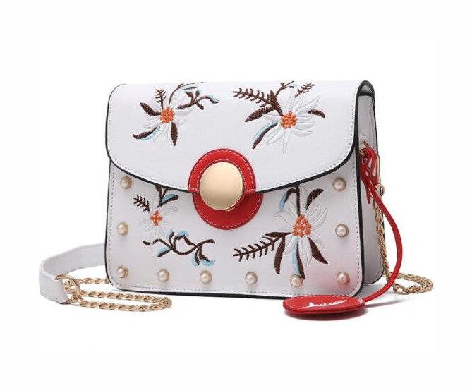 0a1732cd35 Originálna mini kožená kabelka s vyšívaním v bielej farbe - Kožená ...