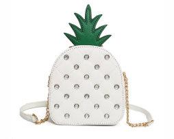Rozkošná dámska kabelka v tvare bieleho ananásu. Kabelka obsahuje retiazkový popruh cez rameno.