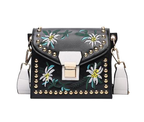 Vyšívaná kožená kabelka s popruhom v čiernej farbe