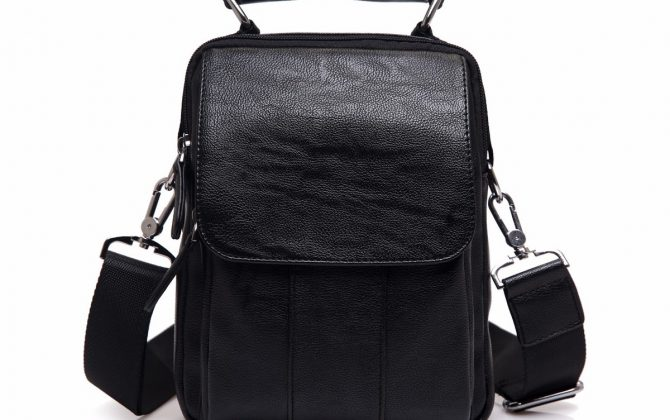 Pánska módna taška cez rameno s držadlom v čiernej farbe