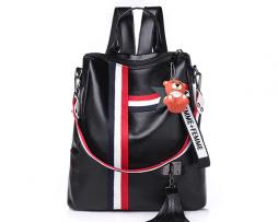 Retro štýlový dámsky ruksak s príveskom macíka v čiernej farbe (1)